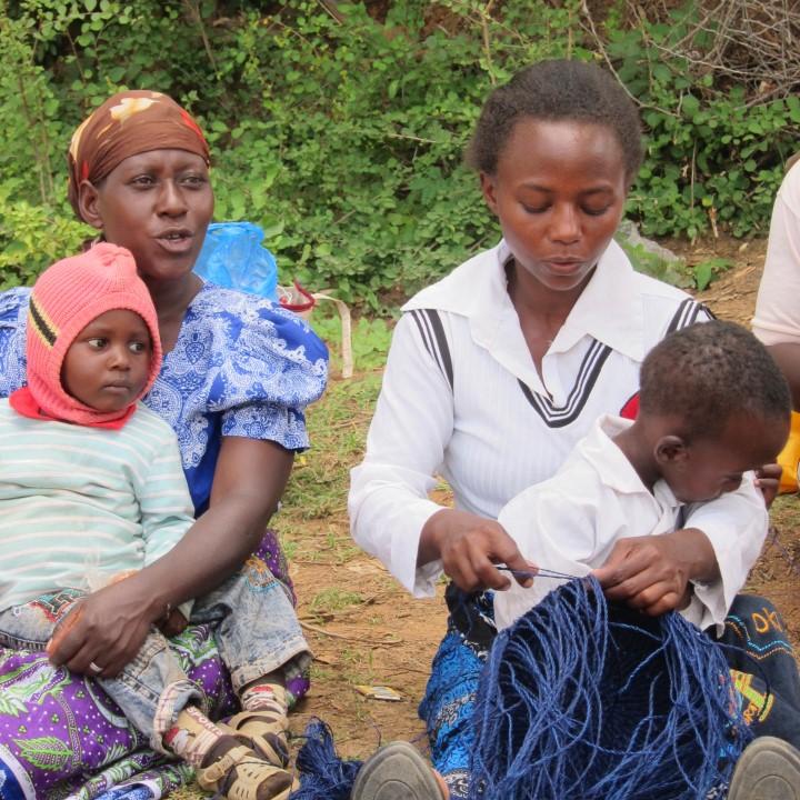 籠バッグを編む女性