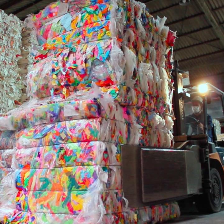 最先端の工場で加工し再生紙になる