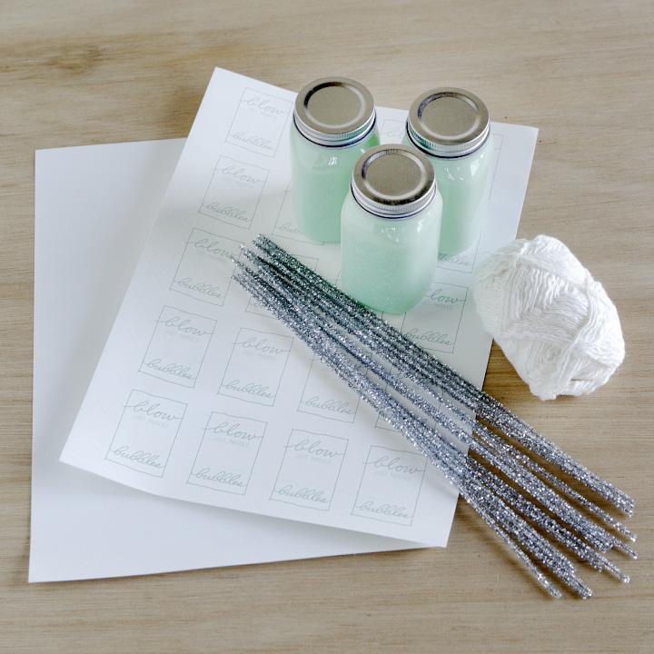 しゃぼん玉液を入れるふた付き容器、しゃぼん玉液、白紙ラベルシール、モール、好みのひも