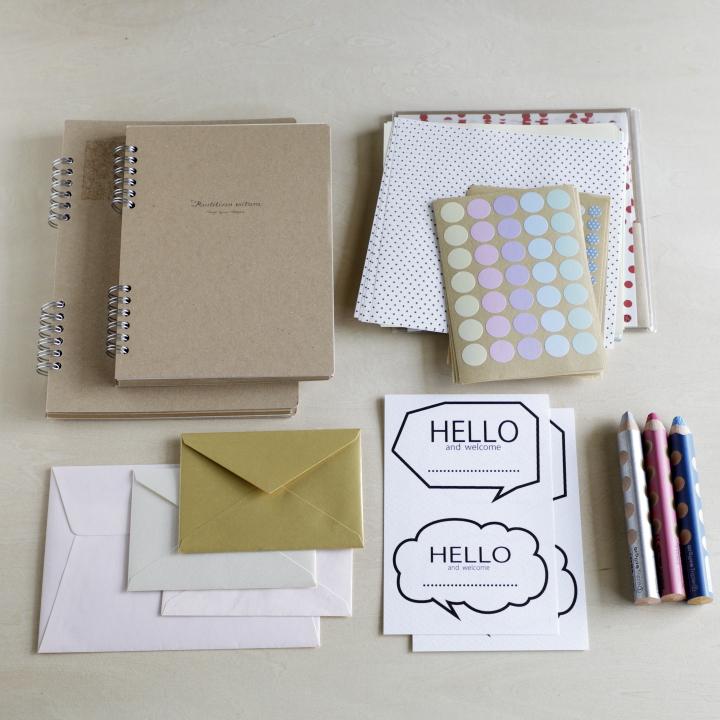 無地ノート、封筒、厚手の紙、色鉛筆、折り紙、シール
