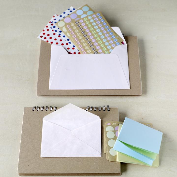 封筒の中にシールや折り紙を入れている様子