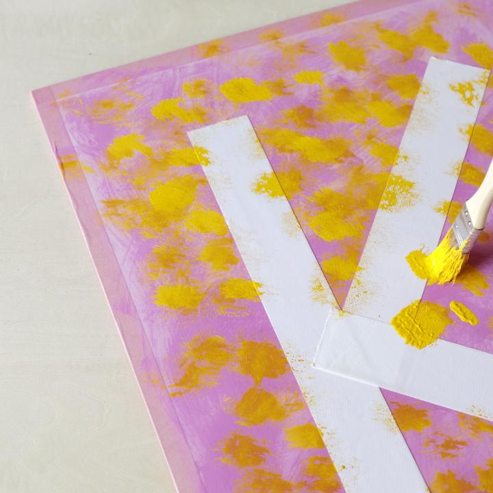 ボードに2色目の絵の具を塗っている様子