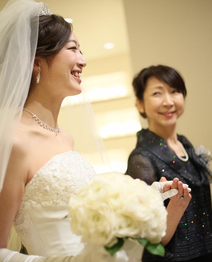 花嫁の母親と歩く花嫁