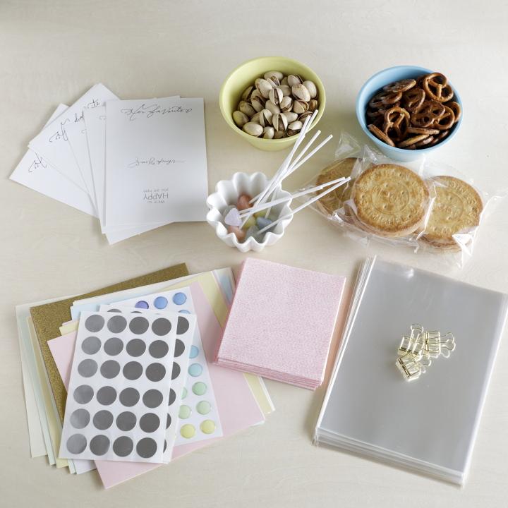 ポストカードサイズの紙、ビニール袋、色紙、丸シール、クリップ、ギフトアイテム