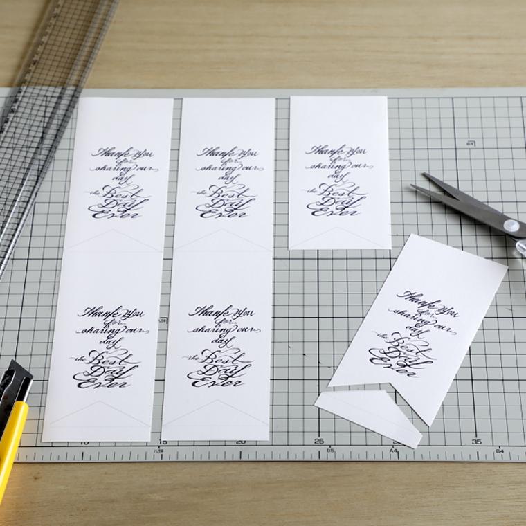 印刷した紙を6枚に切り分けている様子