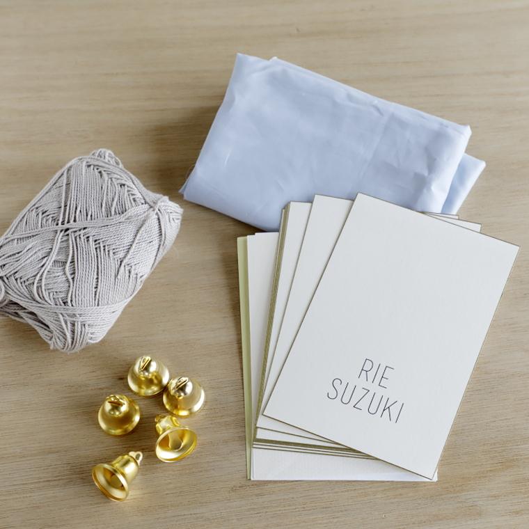 ゲスト名を印刷したポストカードサイズの紙、ゴールドのベル、コットン糸、好みのパステルカラーの端切れ
