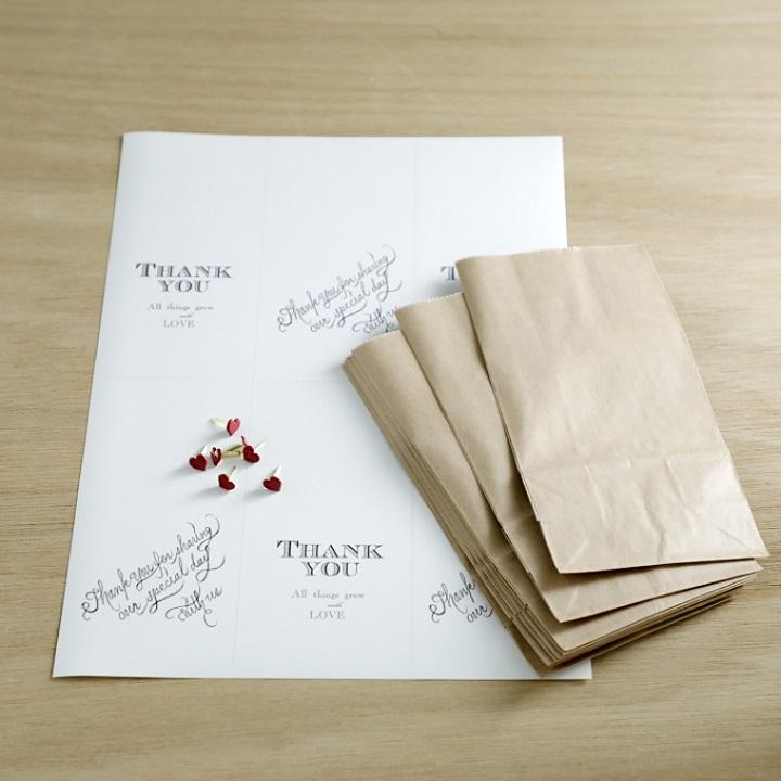 ハート形の割りピン 、クラフトペーパーの袋、タグを印刷するためのA4用紙