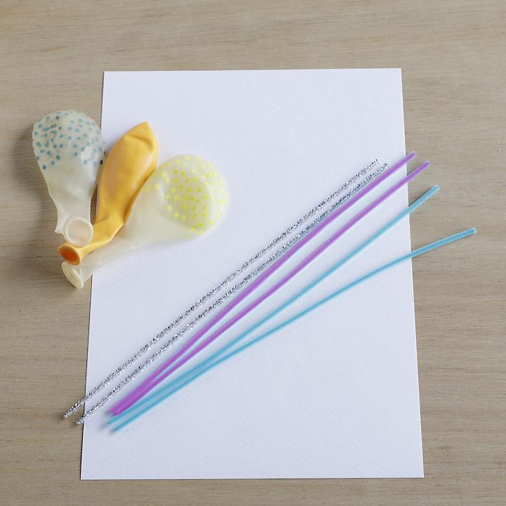 好みの数のバルーン、好みの色のモール、文字を印刷するためのA4コピー用紙