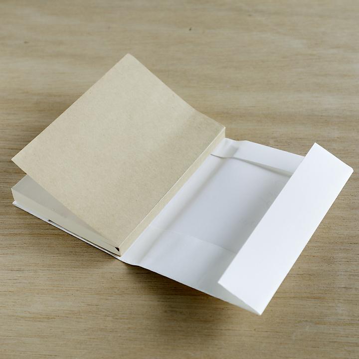 折り目に沿ってノートサイズに折っている様子