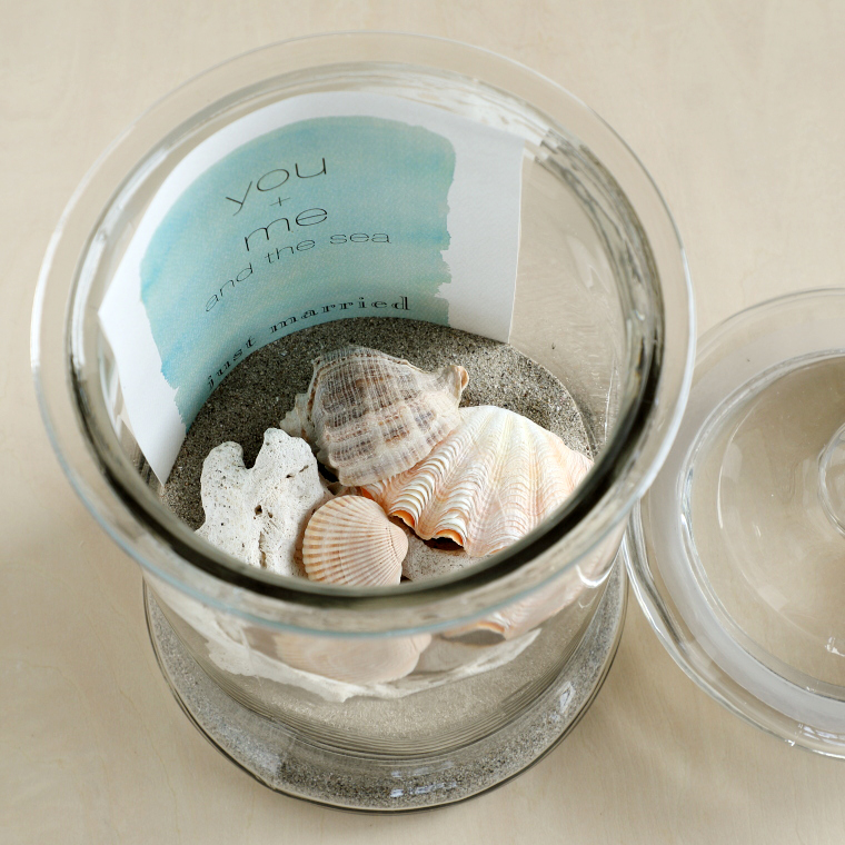 器に砂、貝、カードを入れている様子