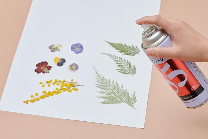 [5]押し花を貼る