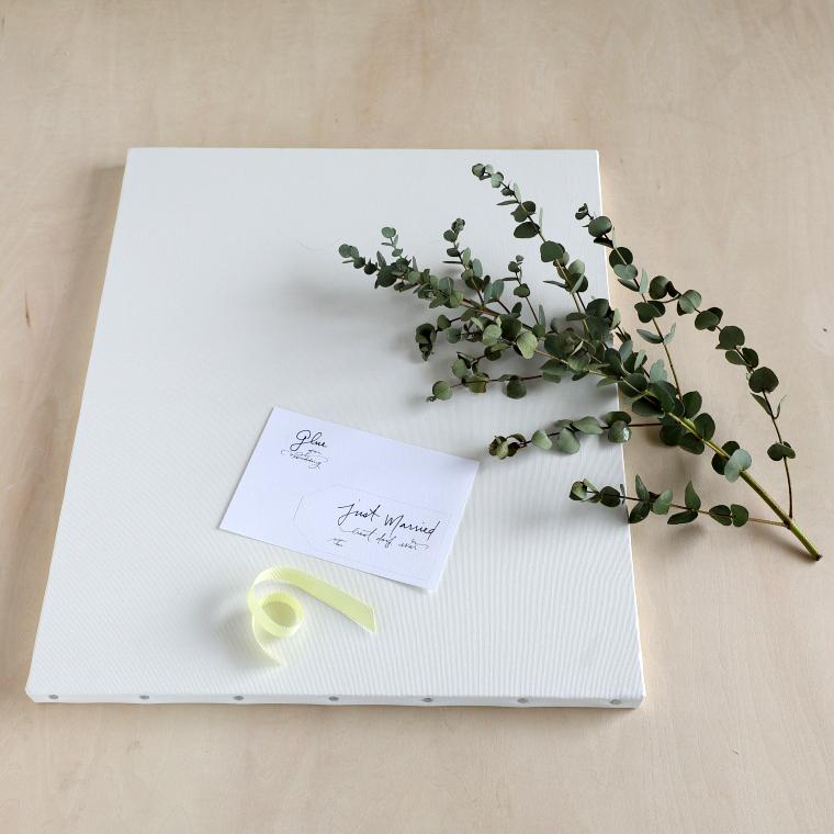 キャンバス、ユーカリの枝、好みのリボン、はがきサイズの紙