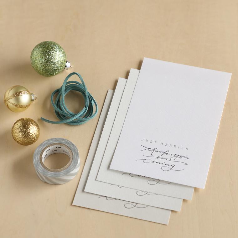 はがきサイズの紙、クリスマスオーナメント、ひも 、マスキングテープ