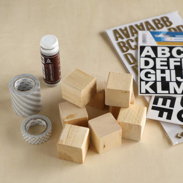 木のブロック、アルファベット型のシール、マスキングテープ、アクリル絵の具