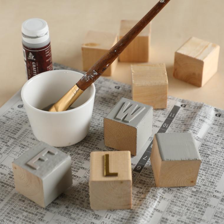 ブロックに絵の具を塗っている様子