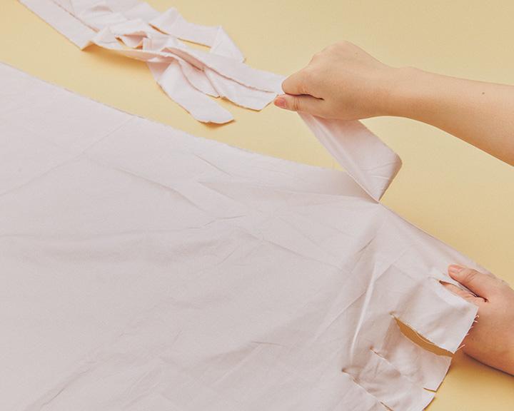 リボン用の布を裂く