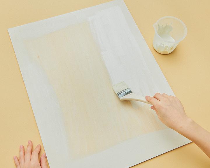 木の板にペンキを塗る