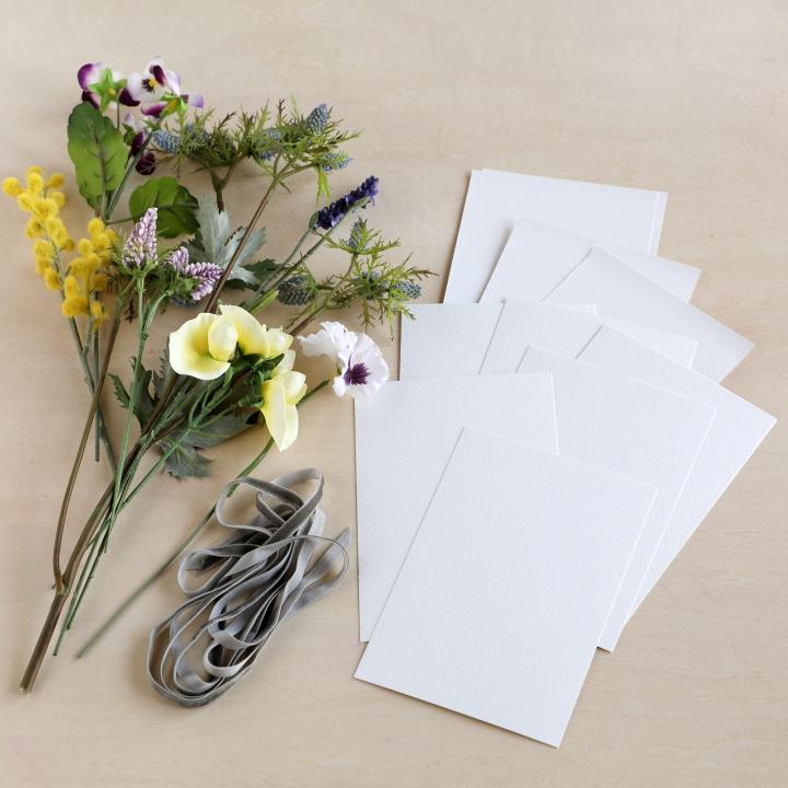 造花 、はがきサイズの紙、細めのリボン