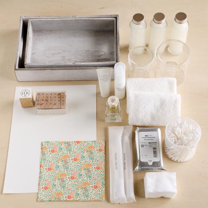 シンプルなトレイ、A4サイズの白紙、好みのスタンプ、好みの柄の折り紙、シンプルなガラス容器&ボトル、好みのアメニティー