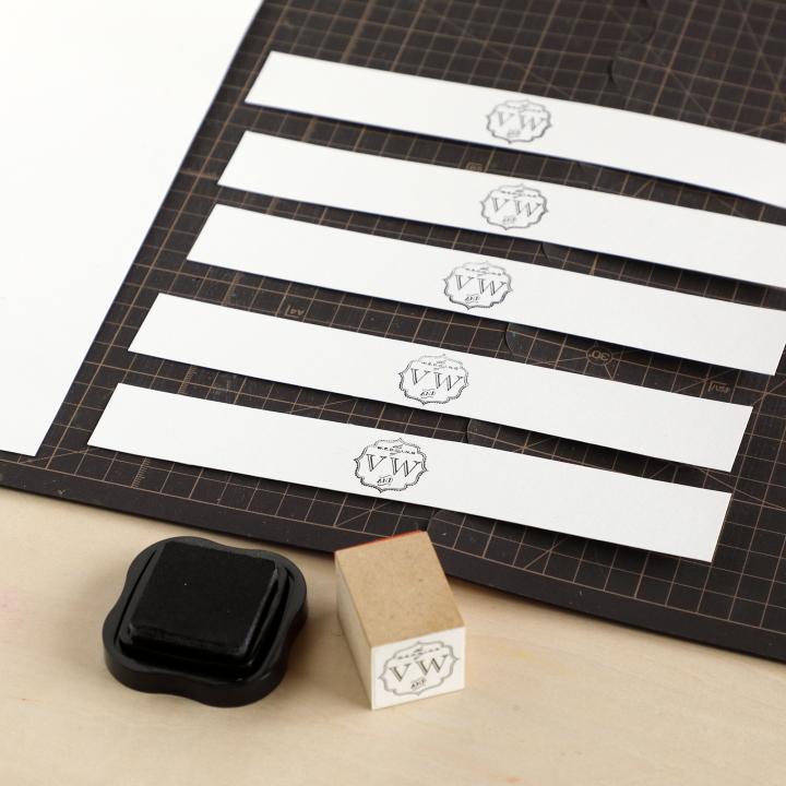A4サイズの紙でラベルを作っている様子