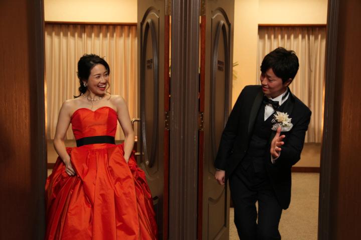 彼への「ドレス色当てクイズ」♪控え室の前でドレスを披露!