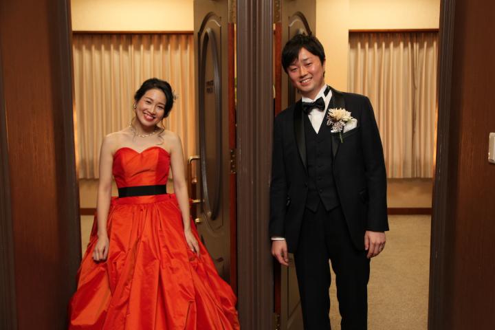 控え室の前でドレスを披露! ふたりだけの楽しい思い出に