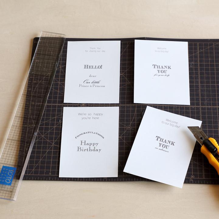 A4サイズの紙を4分割している様子
