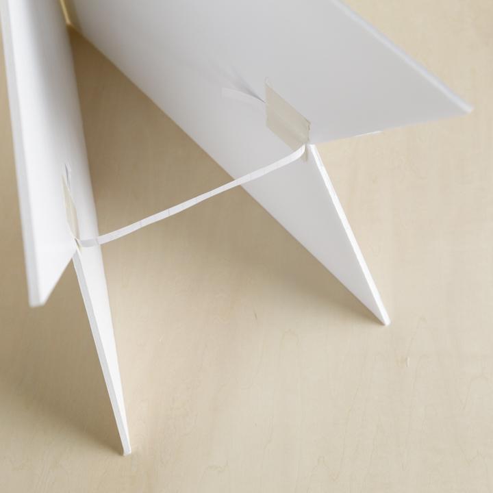 ボードの内側に薄紙を貼っている様子