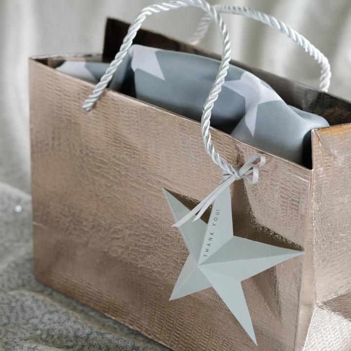 ギフトバッグに星のタグを飾っている様子