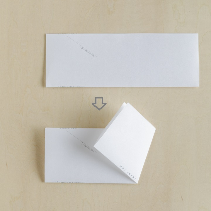 線に沿って紙を折っている様子