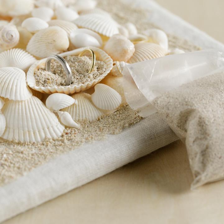 リング用の貝に砂を投入している様子