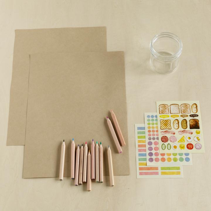 A4サイズのクラフト用紙、色鉛筆、ガラス瓶、シール