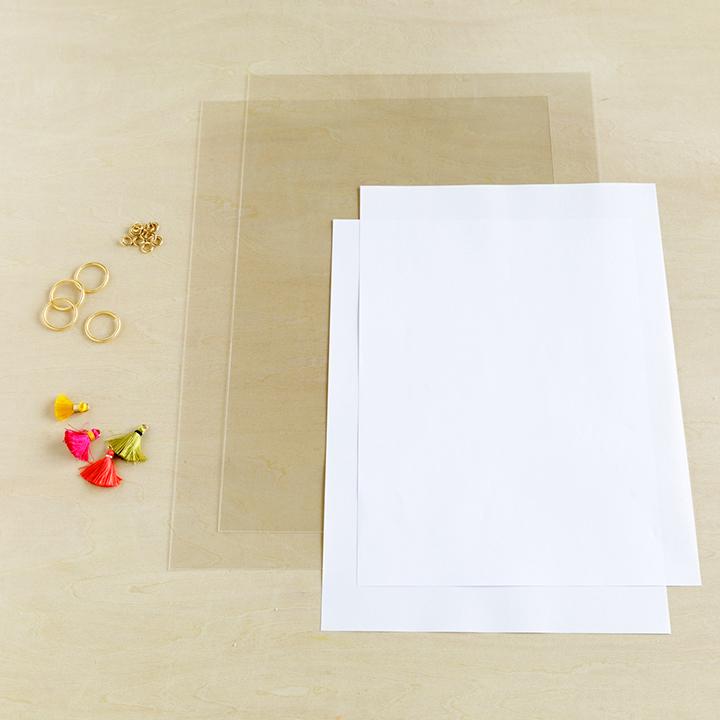 プラ板、丸カン大、丸カン小、小さめのタッセル、コピー用紙