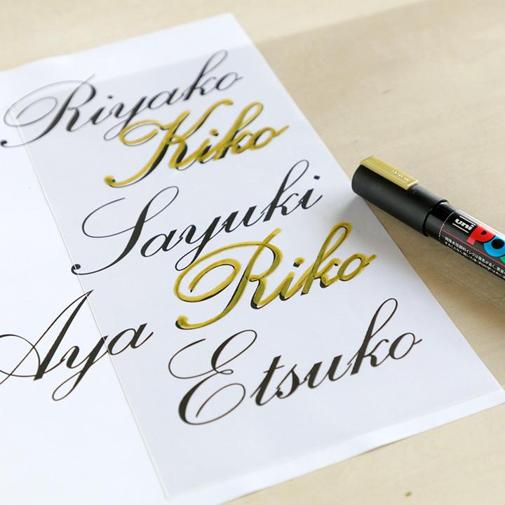 金色のペンで文字をなぞっている様子