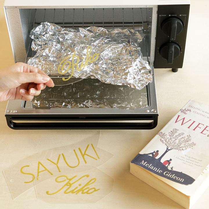 プラ板をトースターで加熱する様子