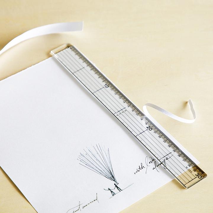 印刷した紙を額に合うサイズにカットしている様子