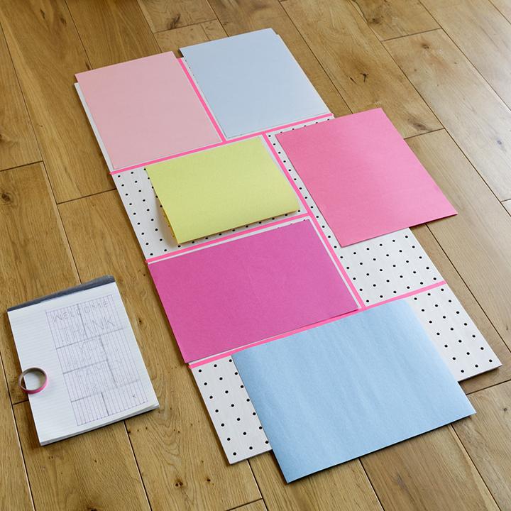 色画用紙を置いて配色を決めている様子