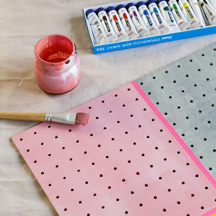 ボードに絵の具を塗っている様子