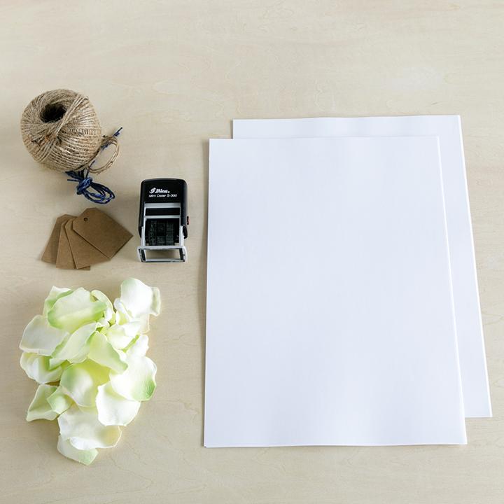 A4サイズの紙、荷札タグ、ひも、日付スタンプ、花びら