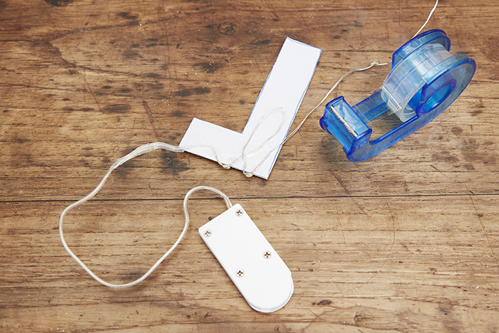 [3]紙の裏側にライトを等間隔で貼っていく