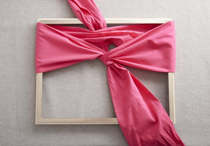 左手手前にきた布を枠の裏側の布に通す