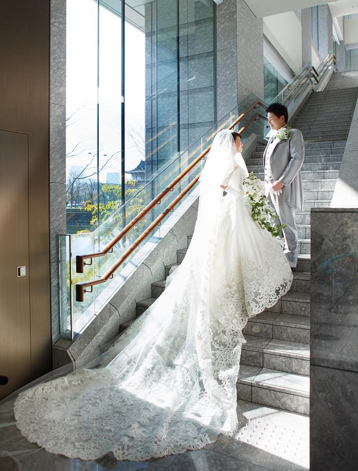 先輩カップル 挙式・披露宴スナップ 見つめ合う新郎新婦 美しいドレスのライン