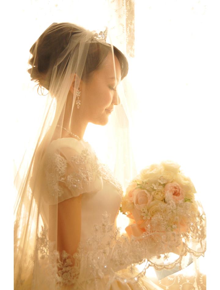 先輩カップル 挙式・披露宴スナップ 窓辺に佇む花嫁