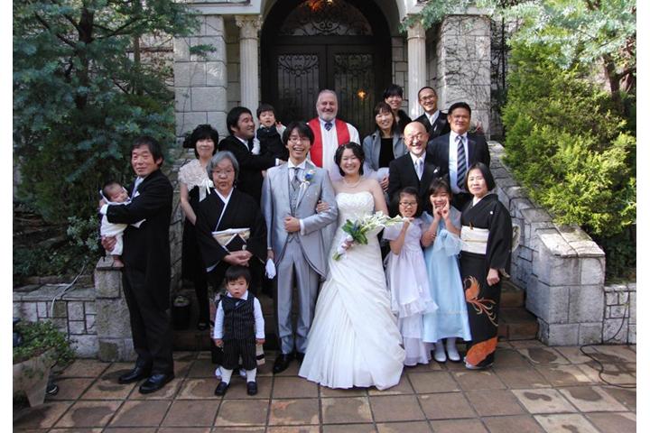 先輩カップル 挙式・披露宴スナップ 牧師さんと家族全員で集合写真