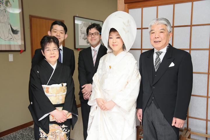 先輩カップル 挙式・披露宴スナップ 花嫁と家族の記念写真