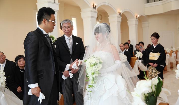 先輩カップル 挙式・披露宴スナップ 父から新郎へ花嫁の手を手渡した瞬間