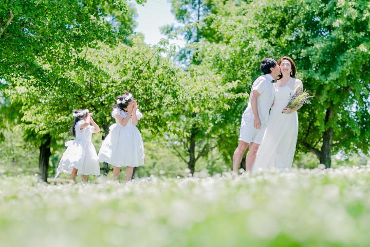 草原での家族ショット写真