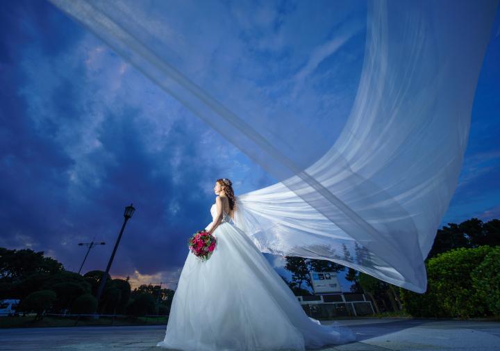 ドレス姿ならではの超絶ステキな写真とは、花嫁のみがまとえる圧倒的な特別感や抑えきれないふたりの高揚感が、一目で伝わってくること! そこで今回は、ドレスフォトに今、旋風を巻き起している「なびかせ」ショッ