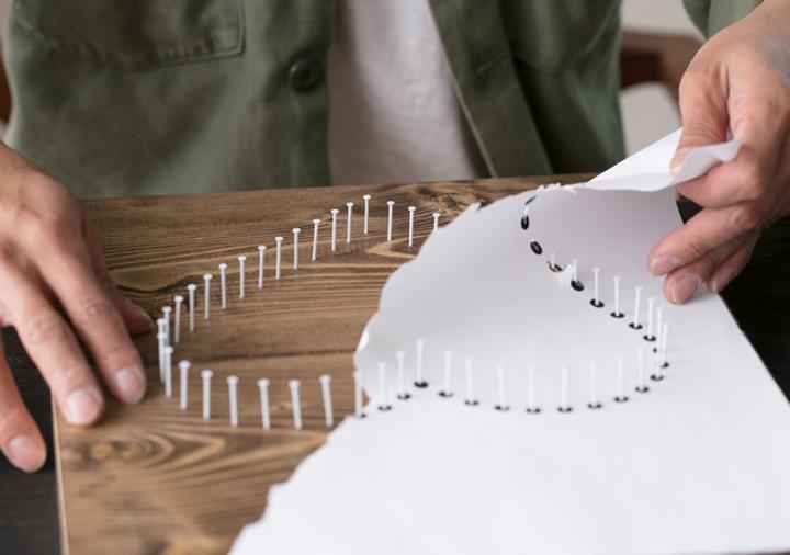 3、釘を打ち終えたら、型紙を破り取る