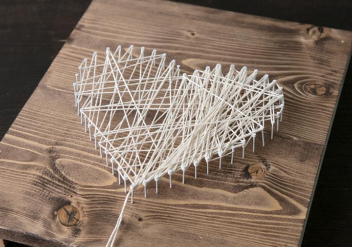 4、紐を釘に結び付けて固定し、かけていく